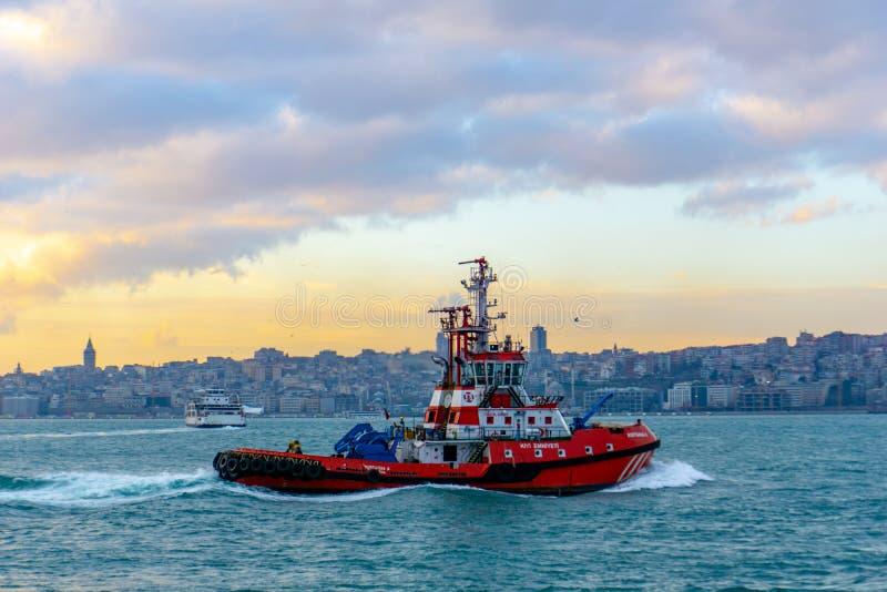 Nave pilota rossa che si muove in mare a Costantinopoli, Turchia, 30 12 2018 immagine stock libera da diritti