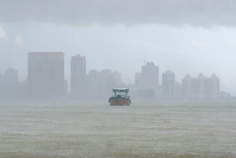 Nave in pioggia persistente immagini stock libere da diritti