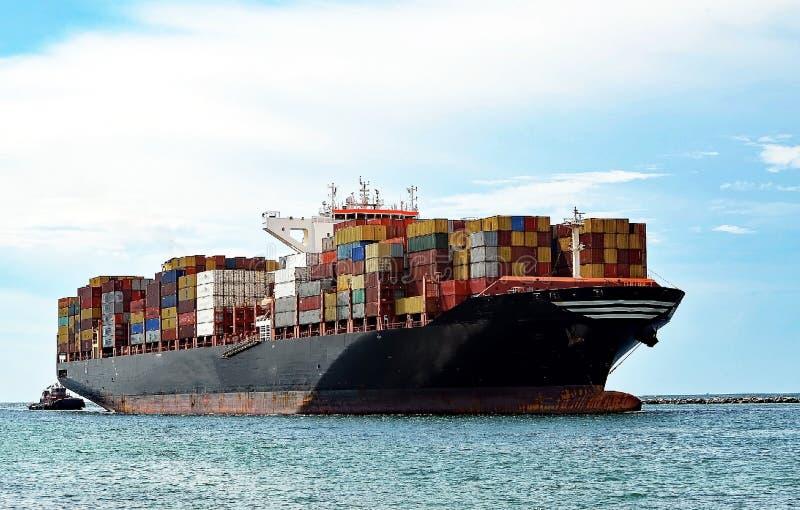 Nave porta-container completamente caricata fotografia stock