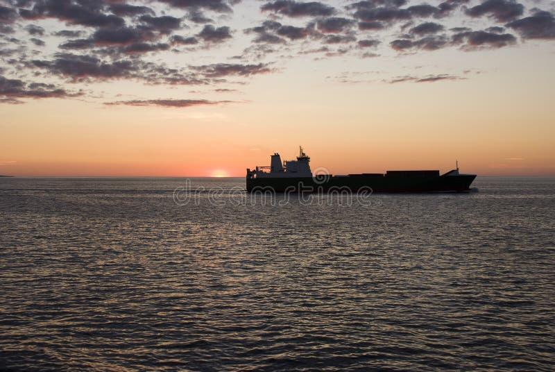 Nave porta-container del carico nel tramonto fotografia stock libera da diritti