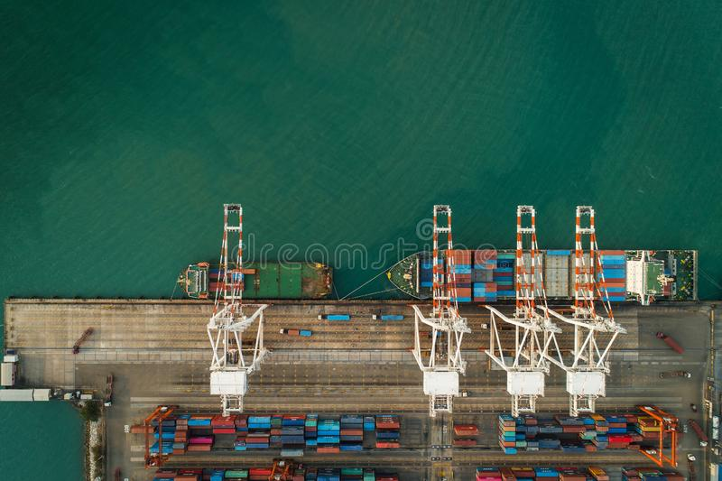 Nave porta-container di vista aerea al contenitore di carico del porto marittimo per importazioni-esportazioni o trasporto affare fotografia stock libera da diritti