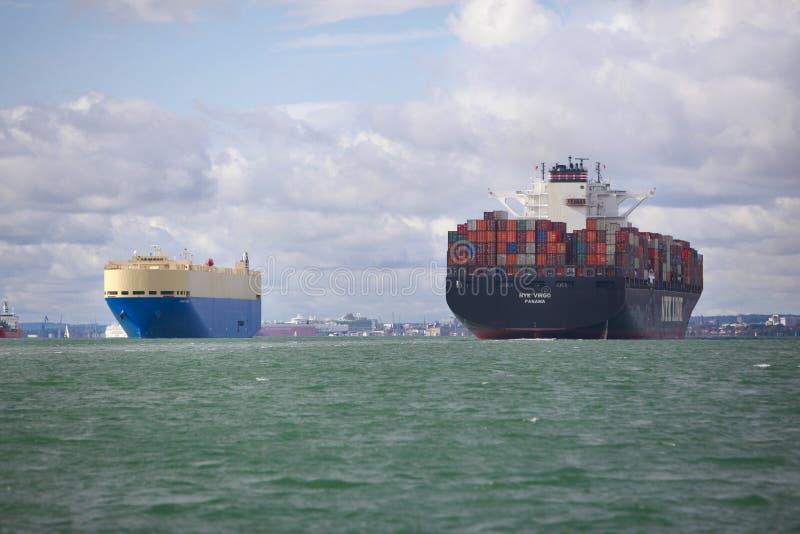 Nave porta-container e del carico fotografia stock libera da diritti