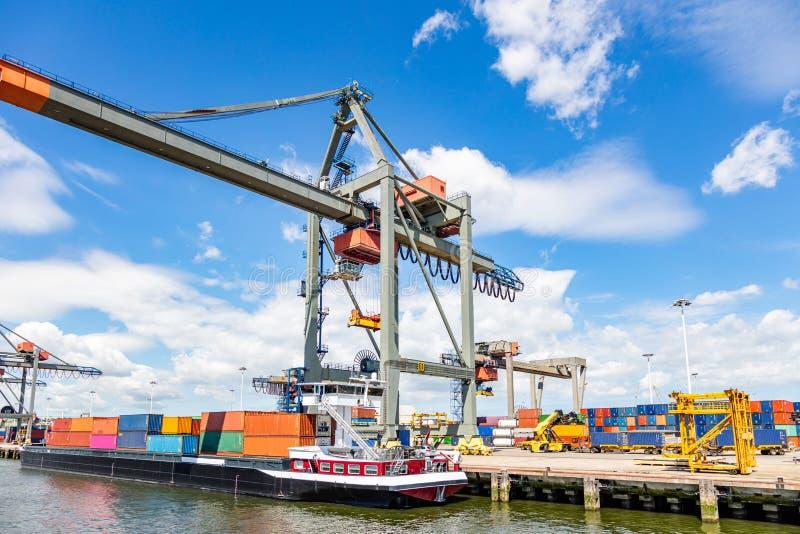 Nave porta-container e logistica Gru che carica una nave porta-container al porto di Rotterdam fotografia stock