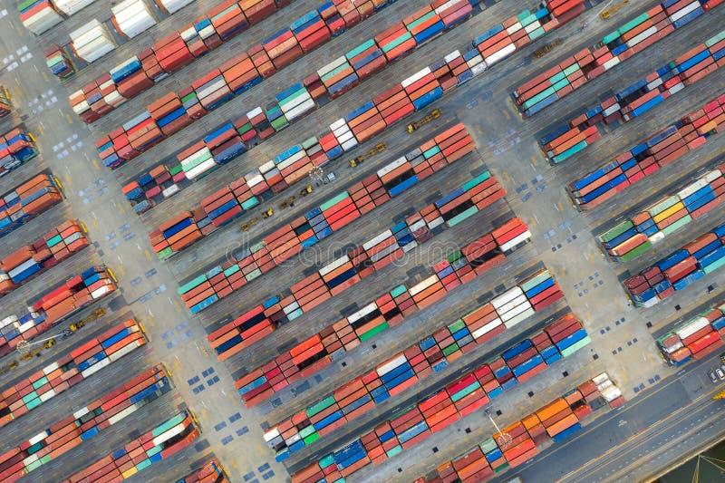 Nave porta-container in logistica e trasporto di affari di importazione e dell'esportazione Trasporto del contenitore del conteni fotografie stock libere da diritti