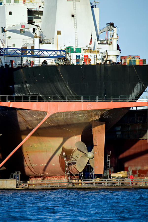 Nave porta-container nel bacino di carenaggio del porto fotografia stock libera da diritti