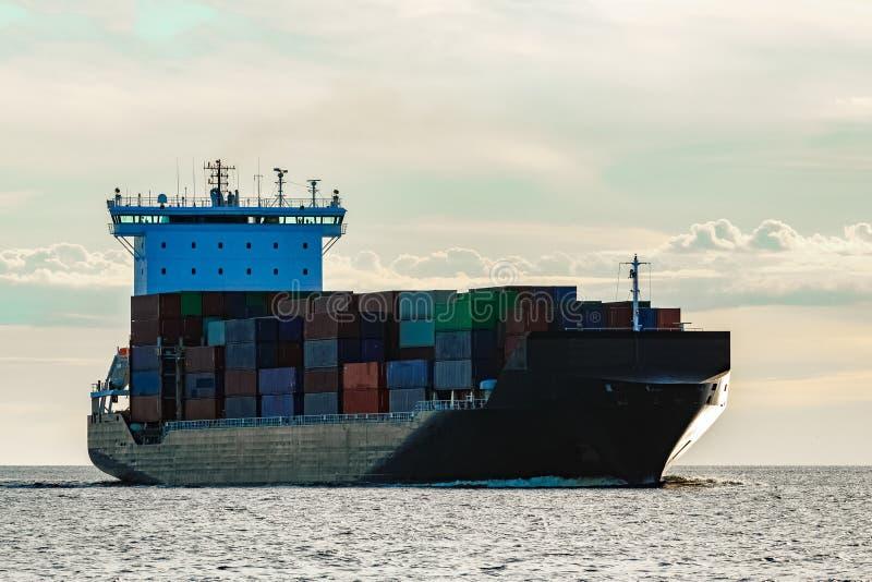 Nave porta-container nera in corso fotografie stock libere da diritti