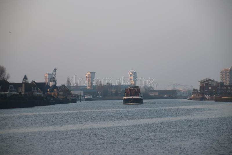 Nave portacontainer sul fiume Hollandse IJssen nella tana aan IJ di Capelle fotografie stock