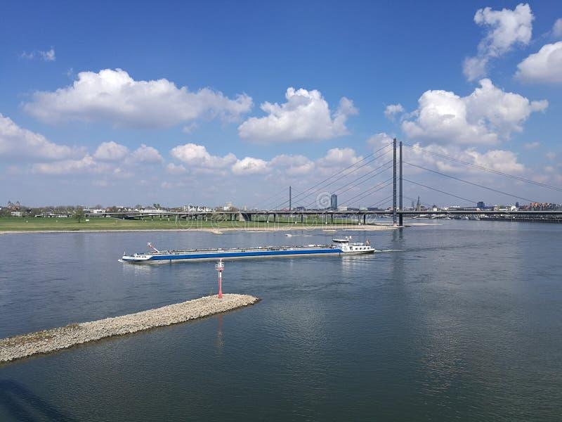 Nave que corre el río Rhine foto de archivo