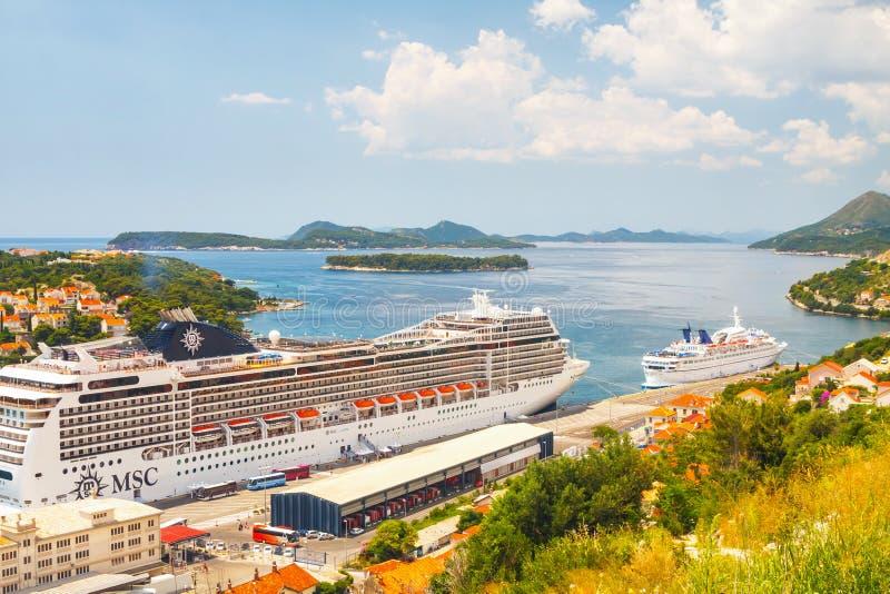 Nave que cruza grande del MSC Magnifica en la ciudad croata Dubrovnik imagen de archivo