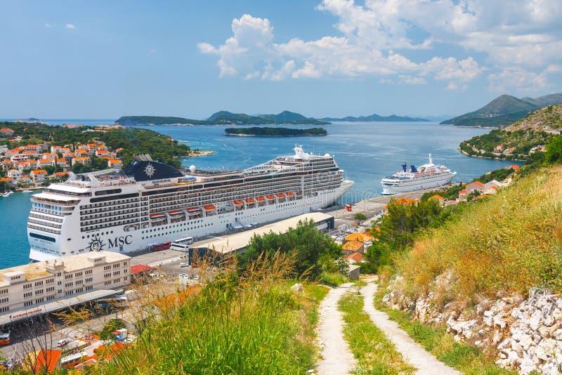 Nave que cruza grande del MSC Magnifica en la ciudad croata Dubrovnik imagen de archivo libre de regalías