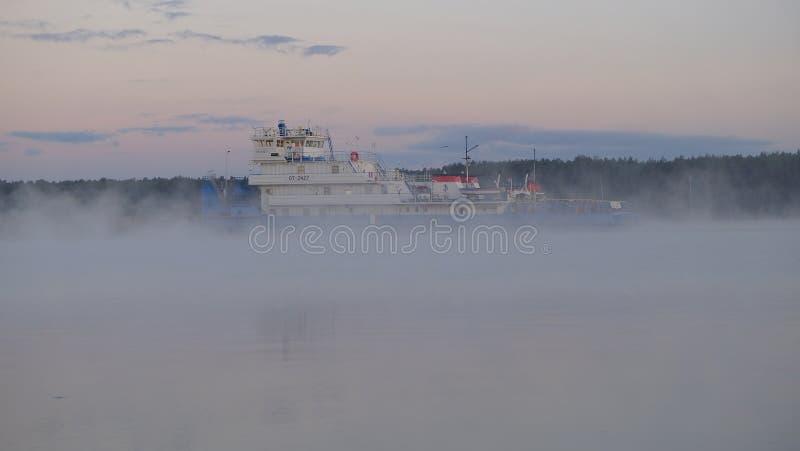 Nave que pasa a lo largo del río Volga en el amanecer cerca del pueblo de Konakovon imagen de archivo