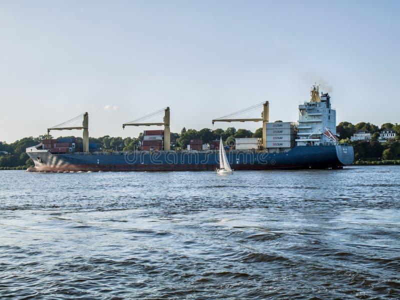 Nave que sale del puerto de Hamburgo imagenes de archivo