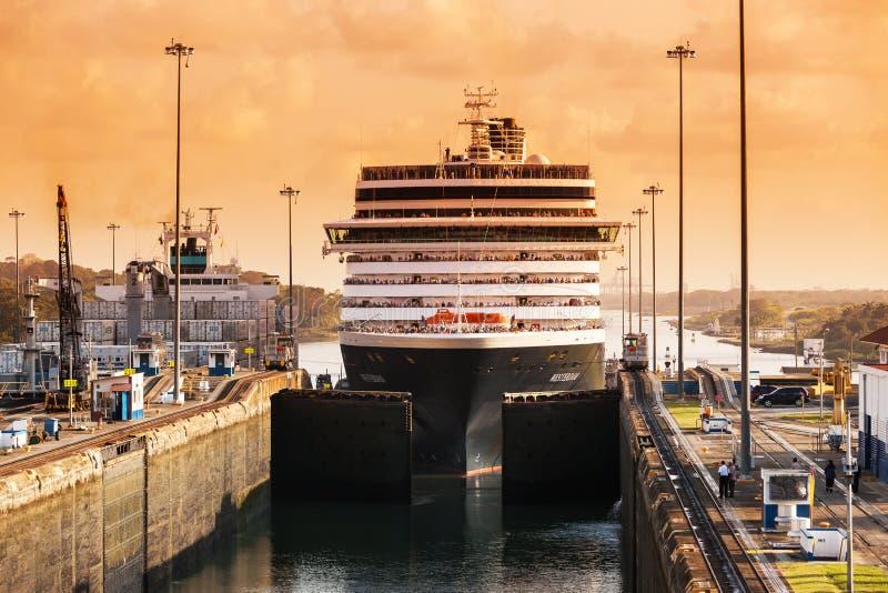 Nave que sale el Canal de Panamá imagen de archivo