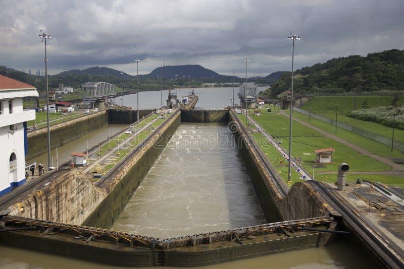 Nave que sale el Canal de Panamá imagenes de archivo
