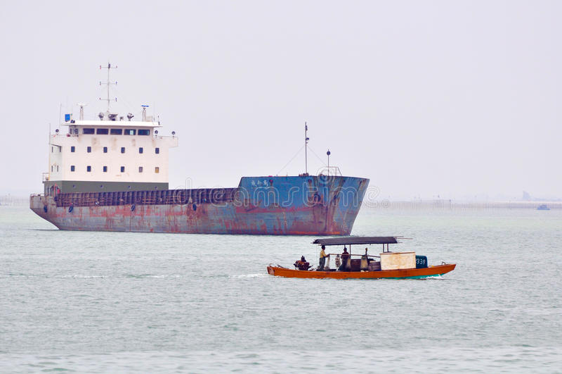 Nave reparada y barco de pesca imagen de archivo
