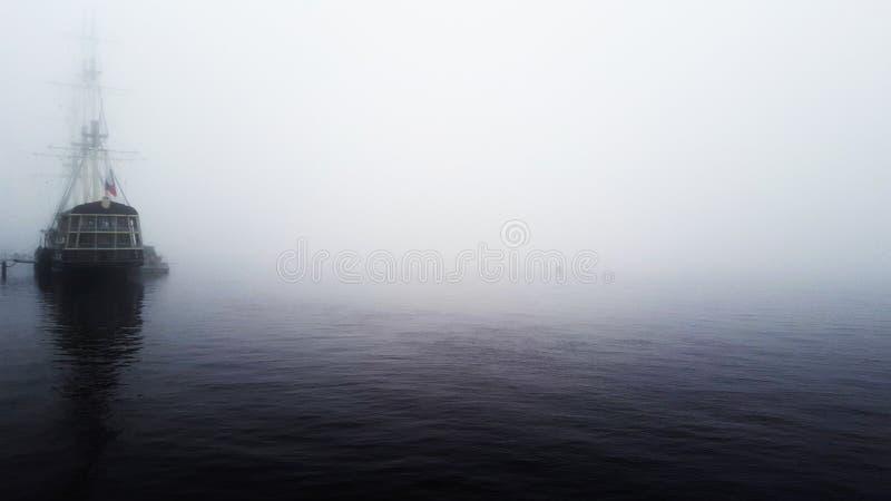 Nave su Neva in una nebbia fotografia stock libera da diritti