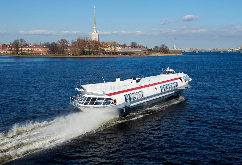 Download Nave sul fiume Neva fotografia stock. Immagine di escursione - 30825784