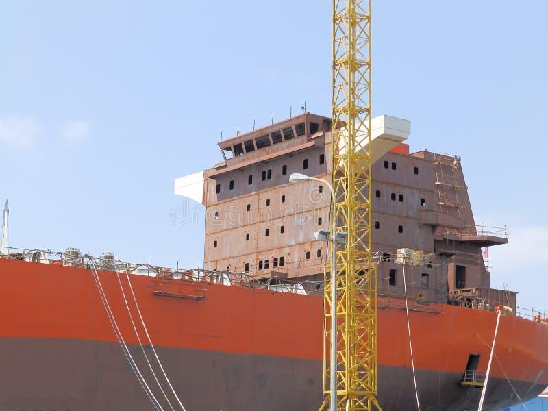 Nave sulla riparazione nel cantiere navale fotografie stock