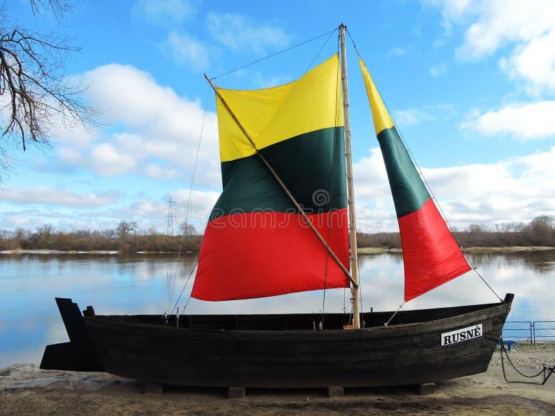 Nave vieja con la bandera lituana en la costa de la isla de Rusne, Lituania fotografía de archivo libre de regalías