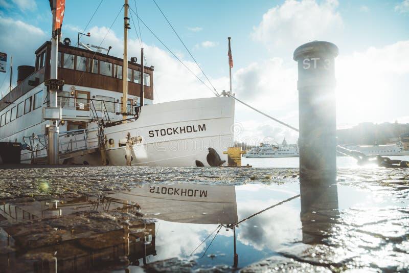 Nave vieja en el puerto en la puesta del sol, Suecia, Escandinavia de Estocolmo fotos de archivo
