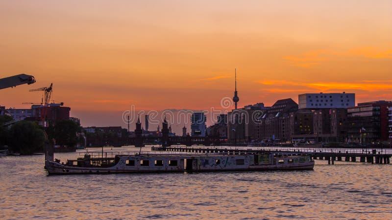 Nave vieja en el río de la diversión en Berlín en la torre y Oberbaum b de la TV imagen de archivo libre de regalías