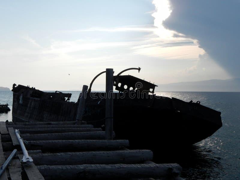 Nave vieja en la puesta del sol imagen de archivo