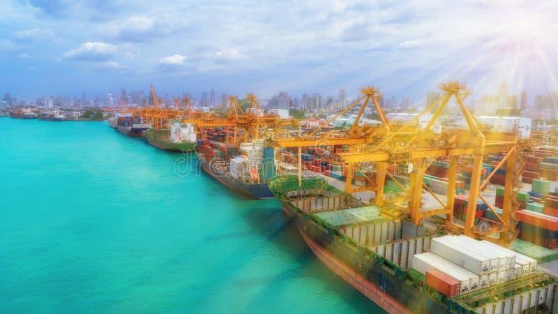 Nave y envase del puerto marítimo para el concepto internacional de las importaciones/exportaciones o del transporte con sol imágenes de archivo libres de regalías