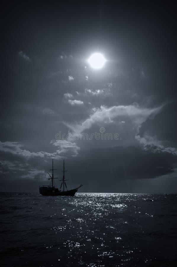 Nave y sol de Vikingo en el mar fotos de archivo