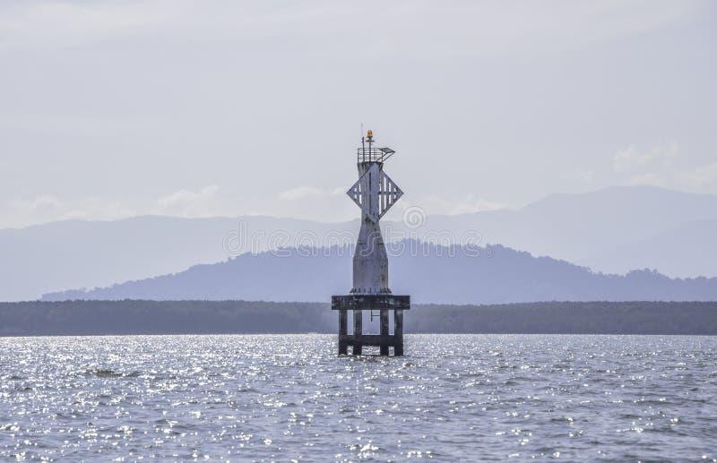 Navegação branca da boia ou marcas laterais que flutuam no mar foto de stock