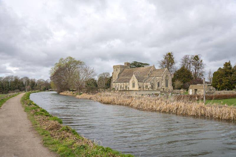 A navegação de Stroudwater com a igreja de St Cyr, Stonehouse perto de Stroud fotos de stock