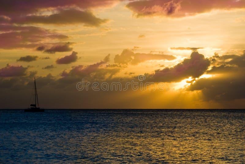 Navegación adentro a la puesta del sol foto de archivo libre de regalías