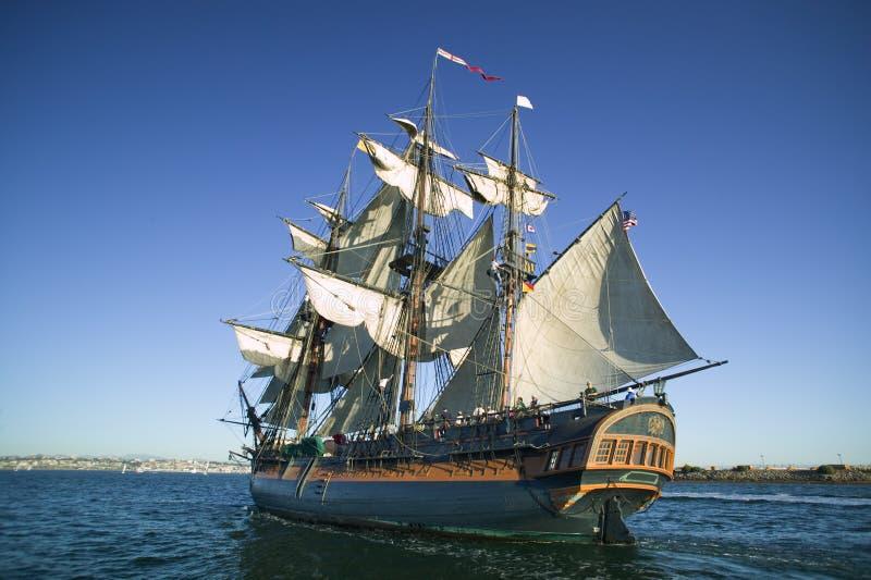 Navegación alta de la nave en el mar bajo la vela llena fotografía de archivo
