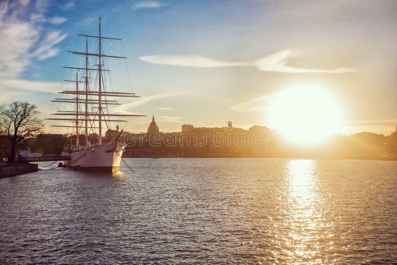 Navegación antigua del barco pirata en el océano en la puesta del sol En vela llena El velero clásico con las velas bajó en la pu fotos de archivo