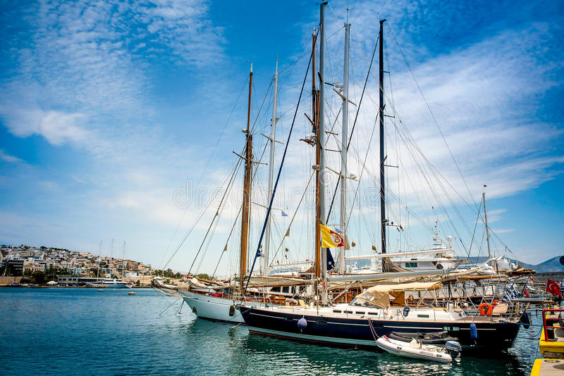 Navegación, barcos de motor en el puerto del puerto deportivo Zeas Pireas Grecia imagen de archivo