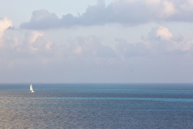 Navegación blanca de la nave en el medio del océano fotos de archivo libres de regalías