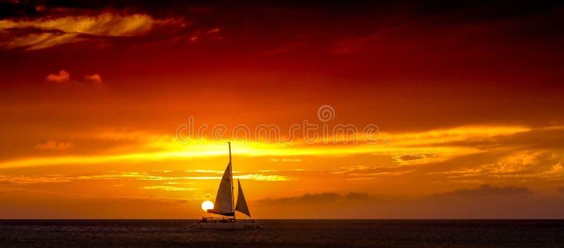 Navegación de Katarmaran de la puesta del sol de Aruba más allá de The Sun fotografía de archivo