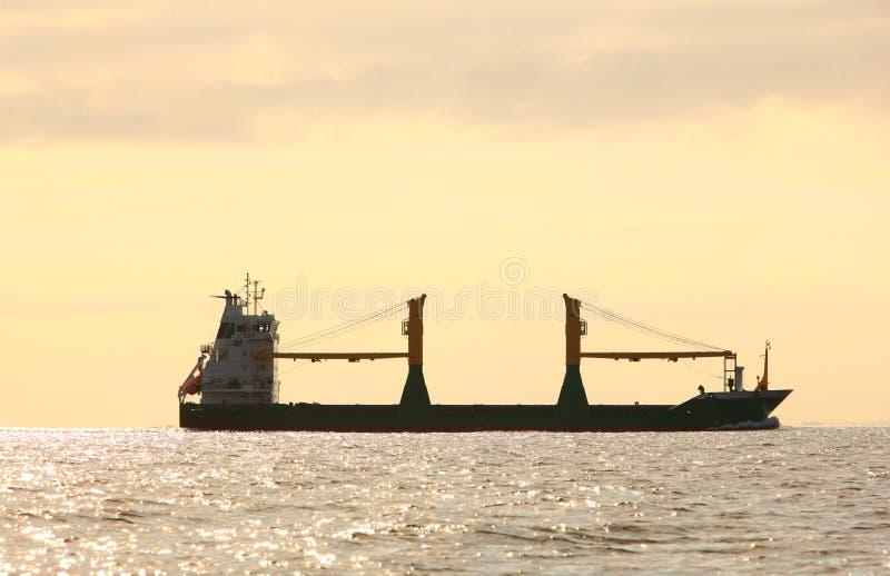 Navegación de la nave del conteiner del cargo en agua inmóvil imágenes de archivo libres de regalías