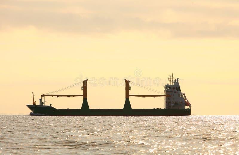 Navegación de la nave del conteiner del cargo en agua inmóvil foto de archivo libre de regalías