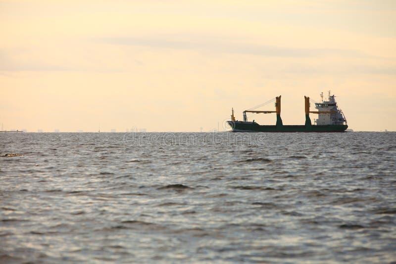 Navegación de la nave del contenedor para mercancías en agua inmóvil imagenes de archivo