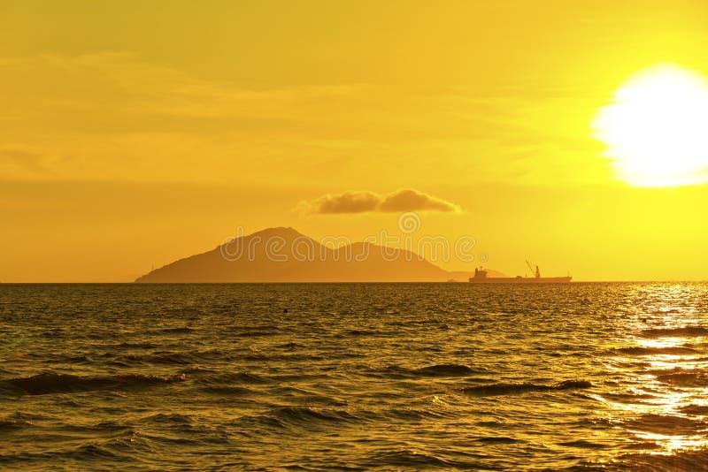 Navegación de la nave del contenedor para mercancías en la puesta del sol imagen de archivo libre de regalías