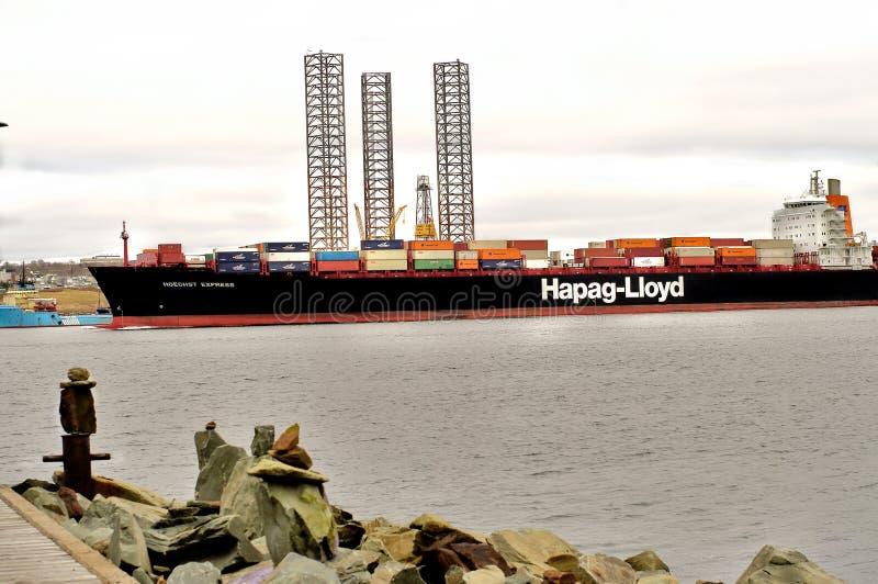 navegación de la nave del ontainer de lloyd del hapag en acceso fotografía de archivo libre de regalías