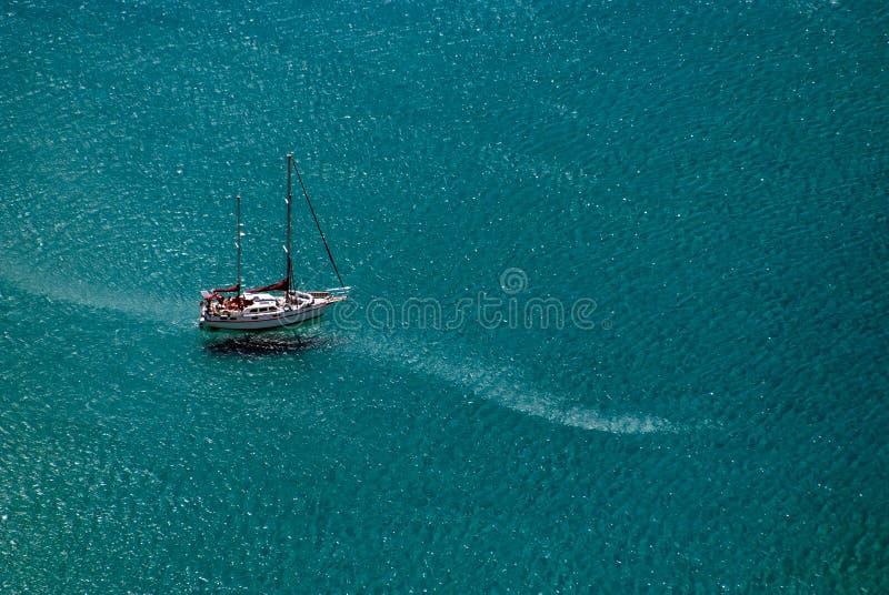 Navegación de la nave en el mar azul fotos de archivo