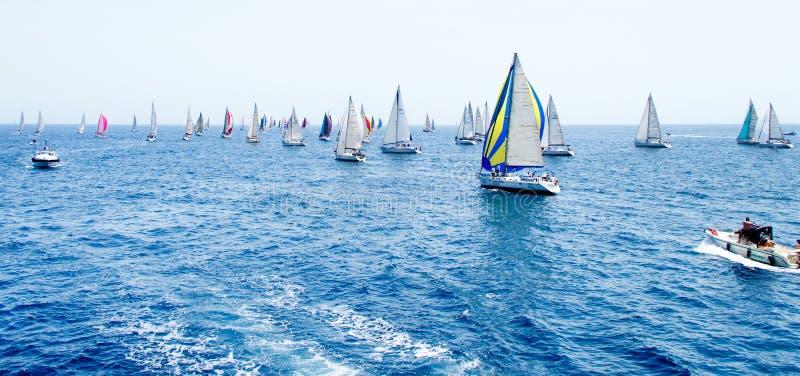 Navegación de los yates durante la regata Brindisi Corfú 2019 foto de archivo libre de regalías
