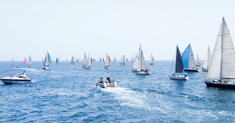 Navegación de los yates durante la regata Brindisi Corfú 2019 foto de archivo