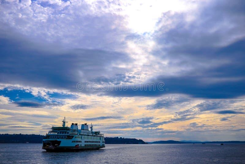 Navegación de lujo de la nave a virar hacia el lado de babor con el cielo hermoso imagen de archivo libre de regalías