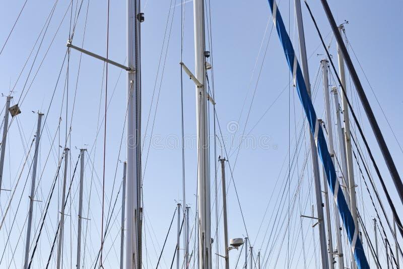 Navegación de palos en el puerto deportivo en un día soleado imagen de archivo