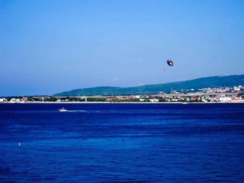 Navegación de Para en el mar azul imagenes de archivo
