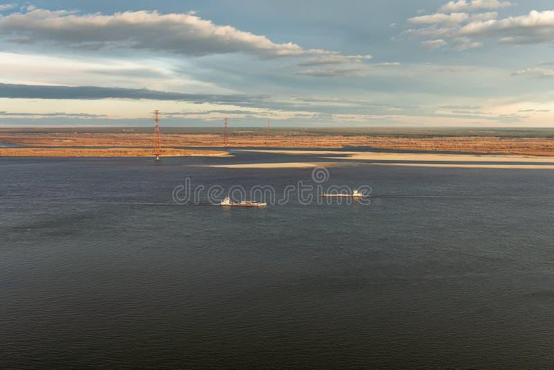 Navegación de río en Yakutia Autumn Landscape foto de archivo