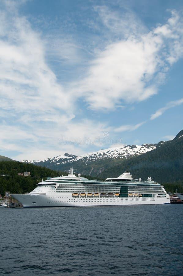 Navegación del barco de cruceros en Alaska fotografía de archivo libre de regalías