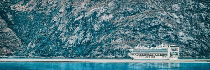Navegación del barco de cruceros en el Glacier Bay, Alaska, en el agua y los icebergs glaciales azules del océano Bandera panorám foto de archivo